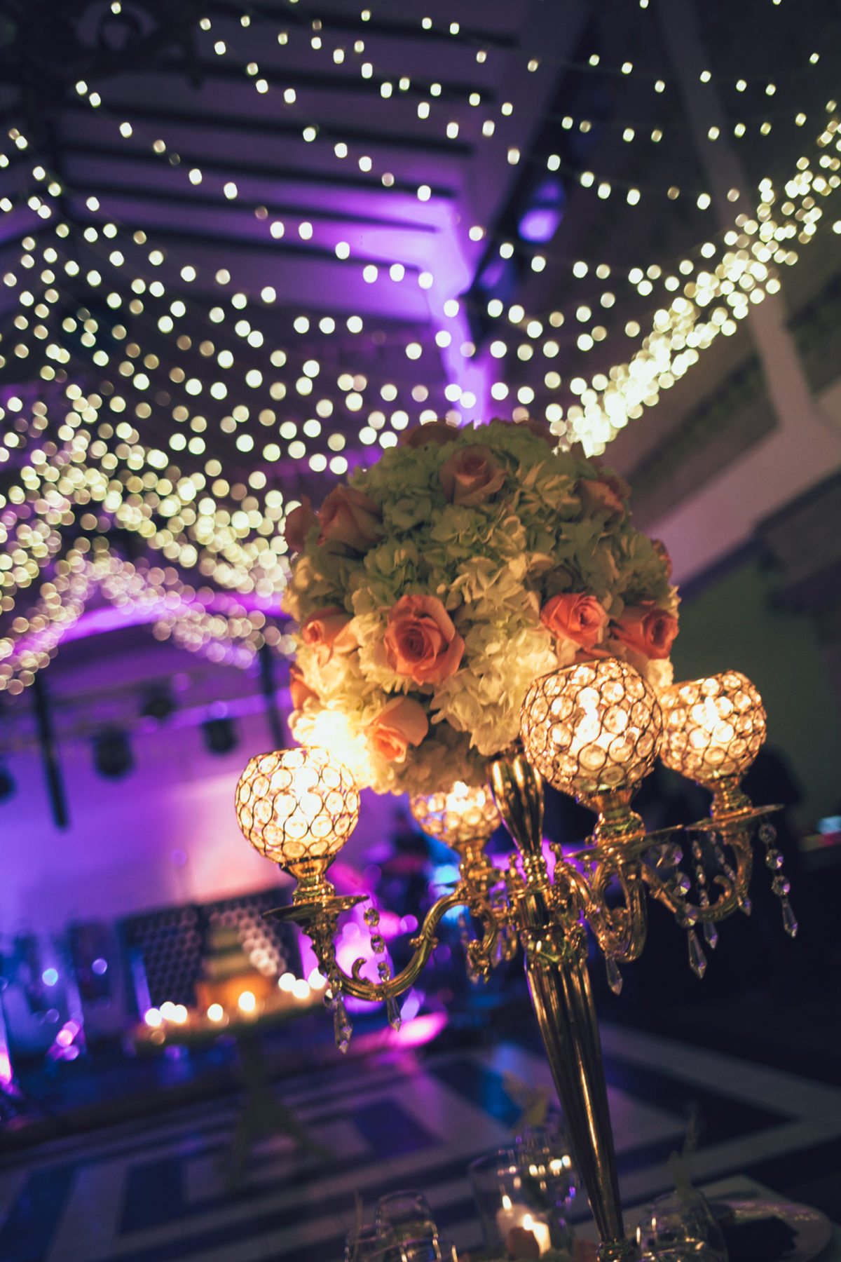 center piece, centro de mesa, candelabro dorado, wedding flowers, decoracion, boda luces en el techo